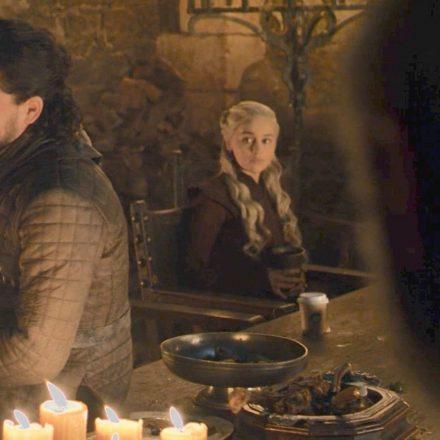 """""""Starbucks Winterfell'de şube mi açtı?"""" Game of Thrones'taki Starbucks bardağı sosyal medyanın diline dolandı!"""