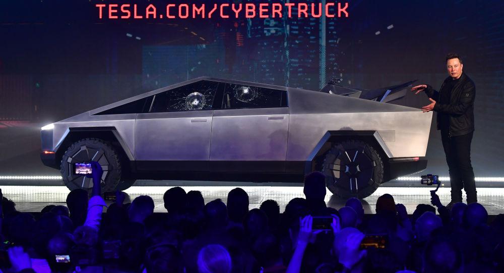 Tesla'nın kırılmaz camlı yeni pikap modelinin tanıtımı sırasında aracın camları kırıldı
