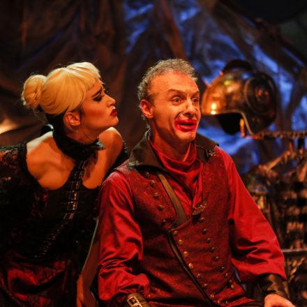 Çılgın bir diktatörün hikayesi! Kanlı Komedya Caligula Baba Sahne'de devam ediyor!
