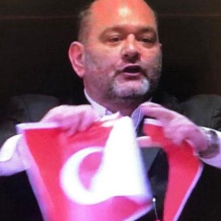 AP'de konuşan Yunanlı milletvekilinden skandal hareket! Türk bayrağını yırttı! Dışişleri Bakanı'ndan cevap gecikmedi!